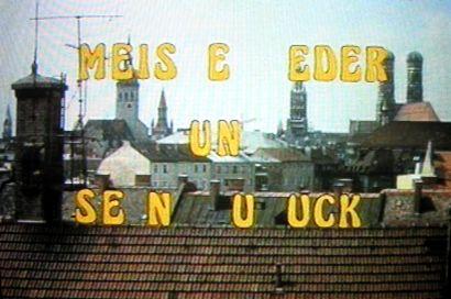 Meister Eder und sein Pumuckl: Buchstaben über der Stadt